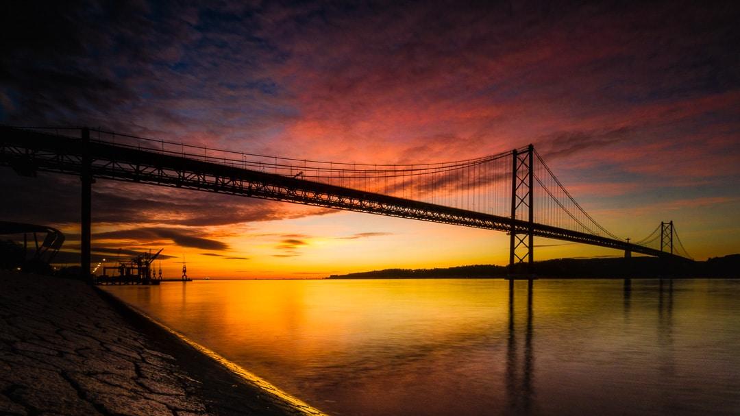 """Startseite """"dersofistikeinsteiger.de"""" - Ponte 25 de Abril in Lissabon im Sonnenaufgang, (Foto copyright - Frank Weber - Berlin - fotologbuch.de)"""